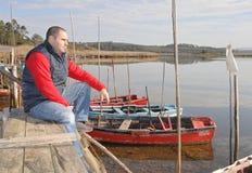 Homme bel de Moyen Âge regardant le lac Photos libres de droits