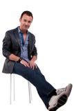 Homme bel de moyen-âge, s'asseyant sur un banc Photo stock