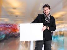 Homme bel de sourire avec le grand conseil vide Image stock