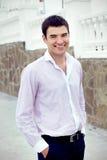 Homme bel de sourire heureux d'affaires, à l'extérieur Image libre de droits