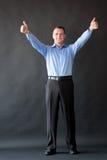 Homme bel de succès se tenant dans le studio doigt Photo stock