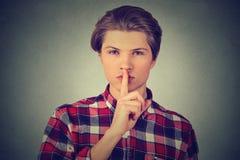 Homme bel donnant Shhhh tranquille, geste de silence Photos stock