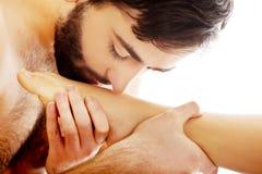 Homme bel embrassant le pied de la femme Images libres de droits