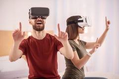 Homme bel en détresse à l'aide du casque de VR Photos stock