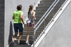 Homme bel et belle femme pulsant ensemble sur des escaliers dans u Image stock