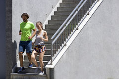 Homme bel et belle femme pulsant ensemble sur des escaliers dans u Photo libre de droits