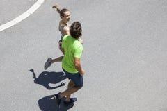 Homme bel et belle femme pulsant ensemble sur la rue Photos libres de droits