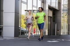 Homme bel et belle femme pulsant ensemble sur la rue Image libre de droits