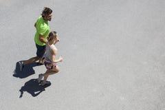 Homme bel et belle femme pulsant ensemble sur la rue Image stock