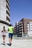 Homme bel et belle femme pulsant ensemble sur le betw de rue Photographie stock libre de droits