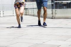 Homme bel et belle femme pulsant ensemble sur le betw de rue Photos stock