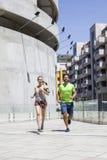 Homme bel et belle femme pulsant ensemble sur le betw de rue Image stock