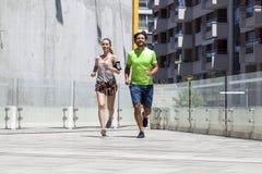 Homme bel et belle femme pulsant ensemble sur le betw de rue Photos libres de droits