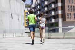 Homme bel et belle femme pulsant ensemble sur le betw de rue Image libre de droits