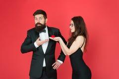 Homme bel et femme élégante dans l'amour Engagement romantique Concept d'engagement Offre rejet?e Couples dans l'amour photos libres de droits
