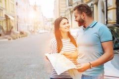 Homme bel et femme avec du charme discutant le voyage ensemble Photographie stock libre de droits