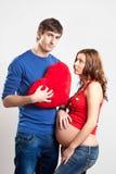 Homme bel et femme enceinte avec le coeur rouge Photos libres de droits