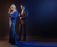 Homme bel et la femme utilisant la robe de soirée Photographie stock