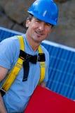 Homme bel et panneaux solaires Photo stock