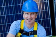 Homme bel et panneaux solaires Photographie stock