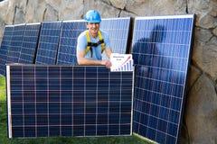 Homme bel et panneaux solaires Photographie stock libre de droits