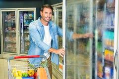 Homme bel faisant l'épicerie photo stock