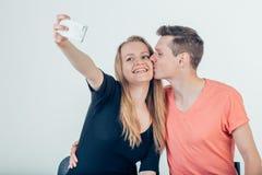 Homme bel faisant le selfie avec sa jolie femme faisant des gestes le v-signe Photos libres de droits