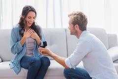 Homme bel faisant une proposition de mariage Image libre de droits