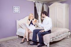 Homme bel faisant une proposition de mariage tout en offrant à son épouse une bague de fiançailles Images libres de droits