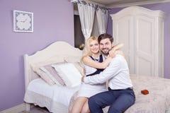 Homme bel faisant une proposition de mariage tout en offrant à son épouse une bague de fiançailles Photographie stock
