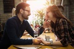 Homme bel flirtant avec la femme mignonne dans le restaurant photographie stock