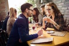 Homme bel flirtant avec la femme mignonne dans le restaurant photos stock