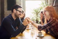 Homme bel flirtant avec la femme mignonne dans le restaurant photos libres de droits