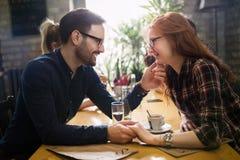 Homme bel flirtant avec la femme mignonne dans le restaurant image libre de droits