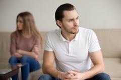 Homme bel frustrant triste, couple après querelle, relati de famille Images libres de droits