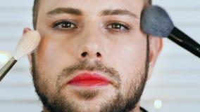 Homme bel gai ou de metrosexual obtenant le maquillage clips vidéos