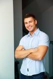 Homme bel heureux avec des bras pliés Image libre de droits