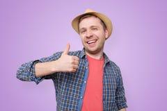 Homme bel heureux montrant des pouces  Projectile de studio images stock