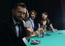 Homme bel jouant dans le casino Image stock