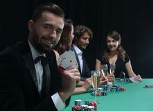 Homme bel jouant dans le casino Photographie stock