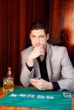 Homme bel latin de joueur dans la table jouant au poker Image stock