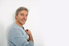 Homme bel mûr se penchant sur le mur d'isolement Photos libres de droits