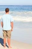 Homme bel marchant sur la plage Image libre de droits