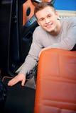 Homme bel nettoyant à l'aspirateur sa voiture Photographie stock