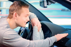 Homme bel nettoyant sa voiture Photo stock
