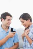 Homme bel offrant une bague de fiançailles à son amie Image libre de droits