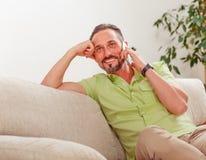 Homme bel parlant au-dessus du téléphone Photo stock