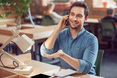 Homme bel parlant au téléphone portable Image libre de droits