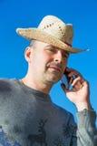 Homme bel parlant du téléphone sur le fond de ciel dehors Photo libre de droits