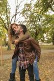 Homme bel portant son amie attirante sur le dos Photos libres de droits
